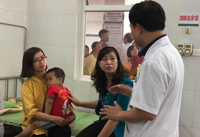 Bác sĩ BVĐK Đông Anh thông báo tình hình sức khoẻ của một trẻ mầm non bị ngộ độc thức ăn