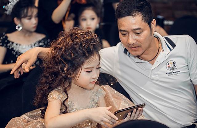 Cựu danh thủ Hồng Sơn và con gái út tại họp báo hôm 15/11.