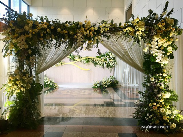 The flower gate at Truong Nam Thanh's wedding place and his wife.