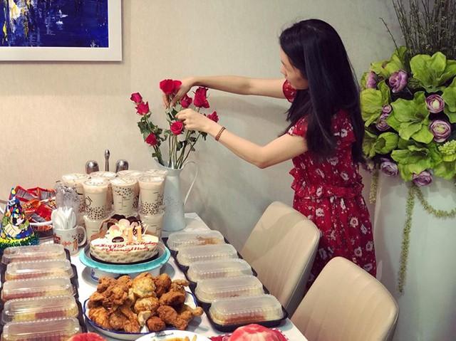 Vai trò người giữ lửa trong gia đình cặp vợ chồng nổi tiếng chỉ thực sự được trao cho Thanh Thảo sau hai năm kết hôn, khi cô hiểu được việc nấu nướng mang đến niềm hạnh phúc cho mình và cho những người yêu thương.