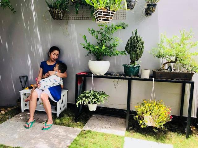 Góc bình yên của mẹ con Thanh Vân ở trong vườn.