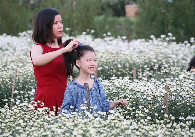 Cô công chúa nhỏ được mẹ chỉnh trang tóc trước khi tạo dáng tư thế mới.