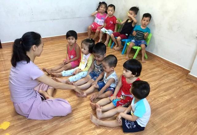 Theo chị Thúy, nếu như không có tình yêu thương và vượt qua mọi áp lực thì rất khó trụ được với công việc dạy những đứa trẻ thiệt thòi. Ảnh: N.T