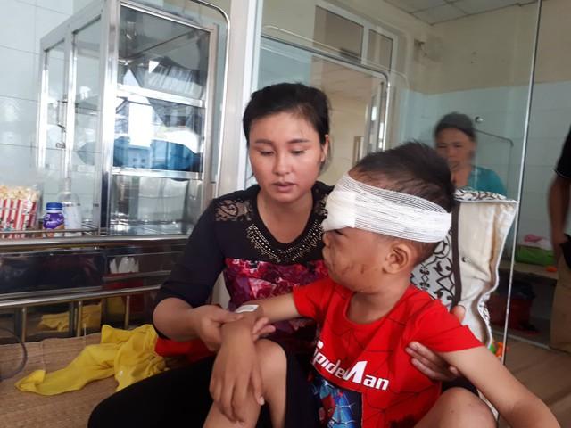 Sau khi được các bác sỹ cấp cứu, khâu các vết thương, sức khỏe của cháu Đồng đã ổn định