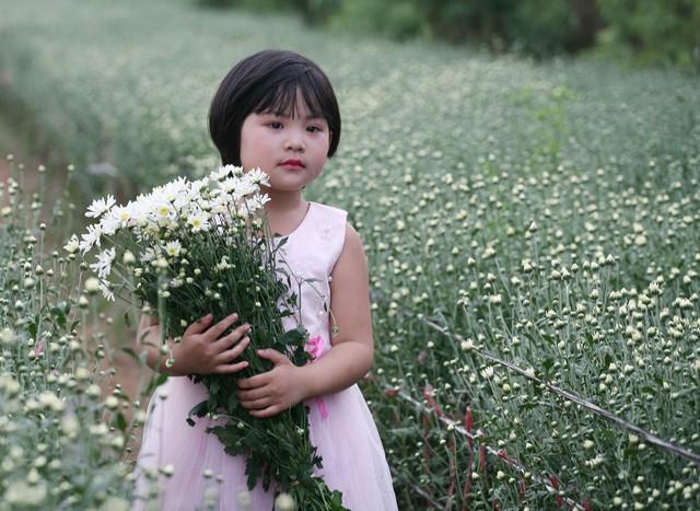Dù lần đầu được cha mẹ tập đi catwalk nhưng bé gái 6 tuổi tỏ ra vô cùng tự tin.