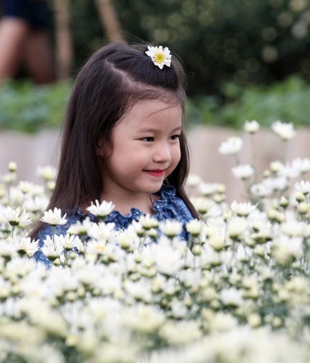 Nụ cười thiên thần giữa trời Nhật Tân.