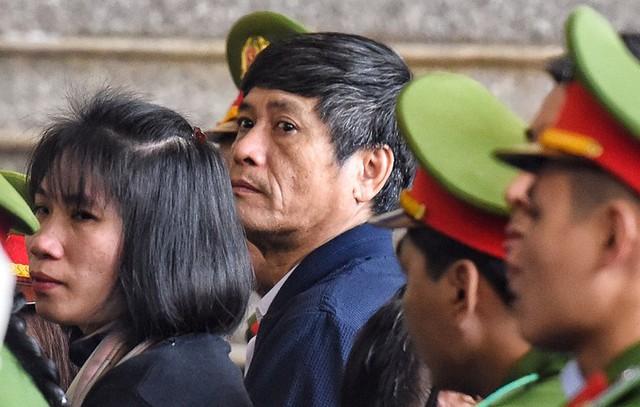 Bị cáo Nguyễn Thanh Hóa ngồi dưới nghe lời khai của người một thời từng là cấp trên của ông ta. (ảnh: TG)