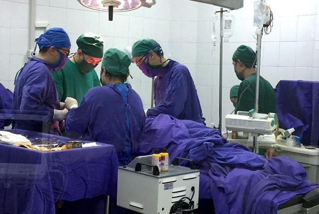 Ngay trong đêm các bác sĩ Trung tâm y tế huyện Vân Đồn cứu sống 2 bệnh nhân bị đâm thấy thực. Ảnh: N.Hoan