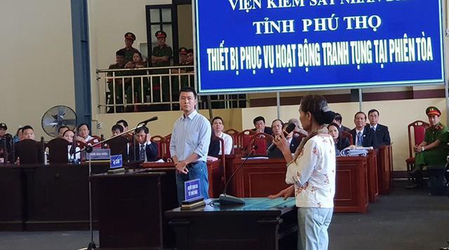 Phan Sào Nam xót xa quay lại nhìn mẹ già. (ảnh: TG)