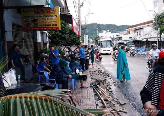 Người dân tiếc thương bé trai và nữ chủ quán bị vùi lấp trong đống đổ nát khi nhà sập.