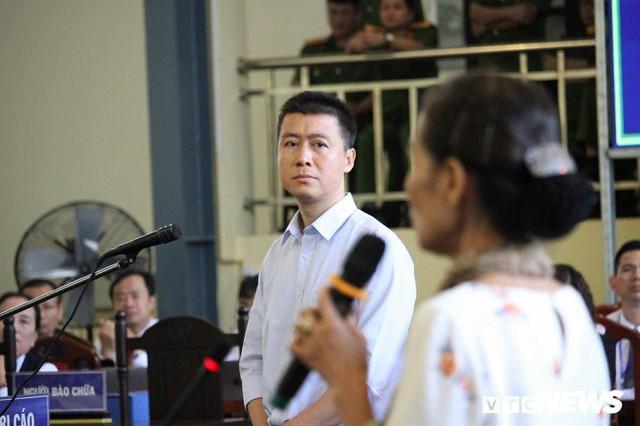 Phan Sào Nam lắng nghe lời của mẹ trình bày trước HĐXX. Ảnh: Phạm Chiểu