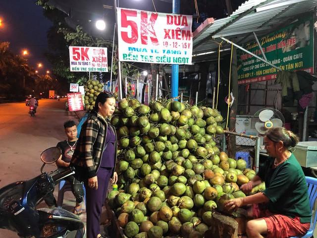 Dãy cửa hàng treo biển dừa xiêm Bến Tre chỉ 5.000 đồng. (Ảnh: Hồng Vân)