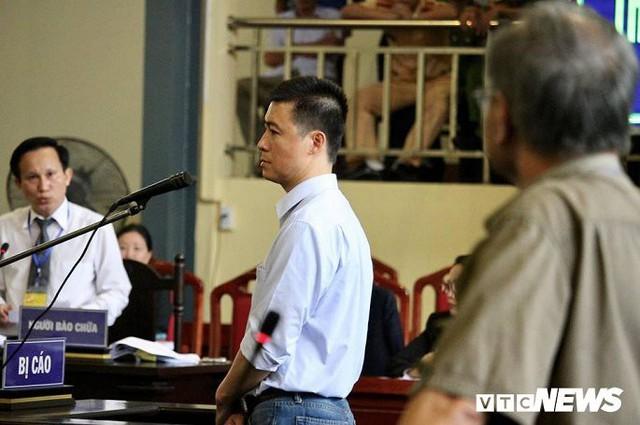 Bố bị cáo Phan Sào Nam tạibục dành cho người tham gia tố tụng hướng đôi mắt nhìn về phía con trai mình. Ảnh: Phạm Chiểu