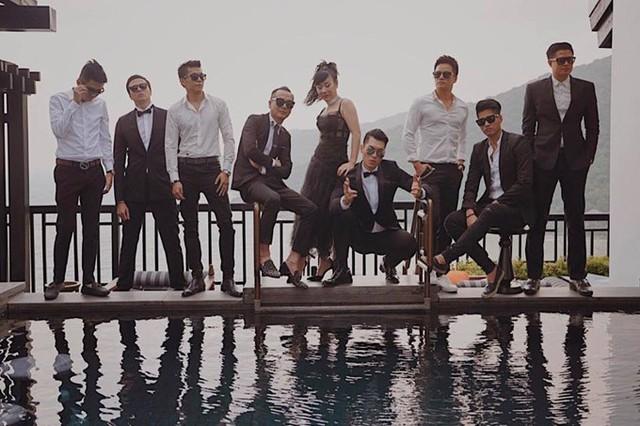 Những người bạn thân chụp ảnh cưới cùng cặp đôi tại Đà Nẵng.