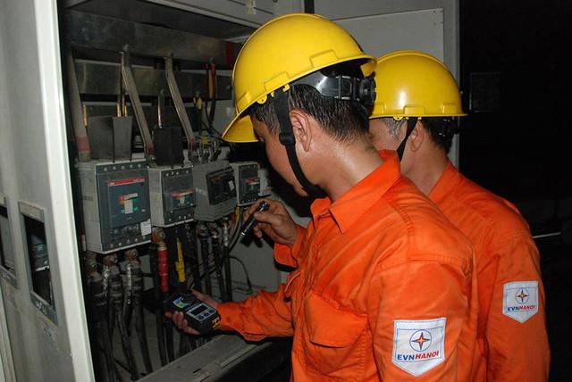 Nhân viên EVN HANOI kiểm tra, rà soát công tác đảm bảo vận hành cung ứng điện.