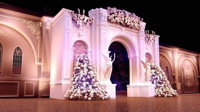 Lối vào rạp đám cưới được trang trí như cổng cung điện. Ảnh: TL