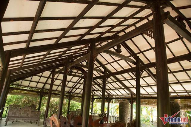 Mái đình được dựng bằng rất nhiều cây gỗ lớn, trên trần được chạm trổ cẩn thận.