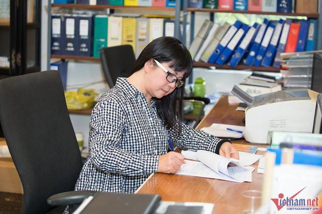 Vì quá bận với những dự án riêng mà Ánh Tuyết cũng không thường ghé đây nữa. Phòng làm việc của cô giờ để cho nhân viên sử dụng. Ánh Tuyết nói vui, vì không biết diễn để phóng viên chụp ảnh nên cô sẽ tranh thủ ký giấy tờ thay vì tạo dáng.
