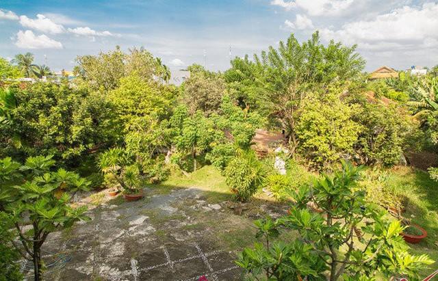 Đứng trên sân thượng của dãy nhà có thể nhìn gần như toàn cảnh ba khu vực chính của khu nhà vườn, gồm sân trước, vườn sau và ao cá.