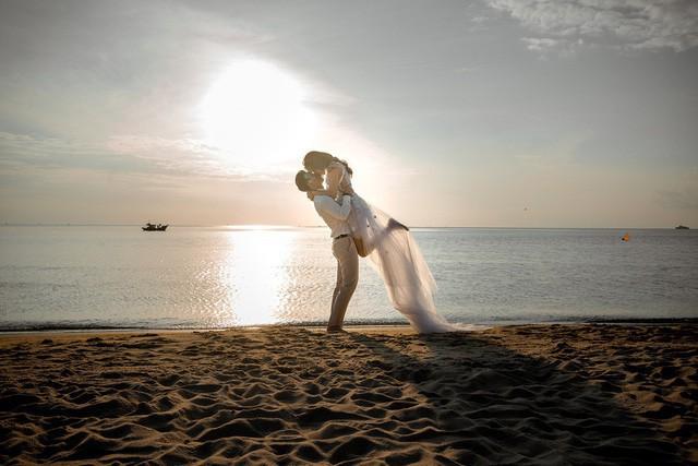 Với Ưng Hoàng Phúc, Kim Cương chính là báu vật anh may mắn có được. Vì vậy, nam ca sĩ hết mực yêu chiều nâng niu vợ yêu.