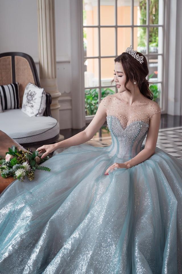 Được biết, để chuẩn bị ghi lại khoảnh khắc tình yêu đẹp nhất này, Ưng Hoàng Phúc tự mình chọn váy cưới cho Kim Cương, chọn những nơi đẹp nhất đất nước để thực hiện bộ ảnh cưới.