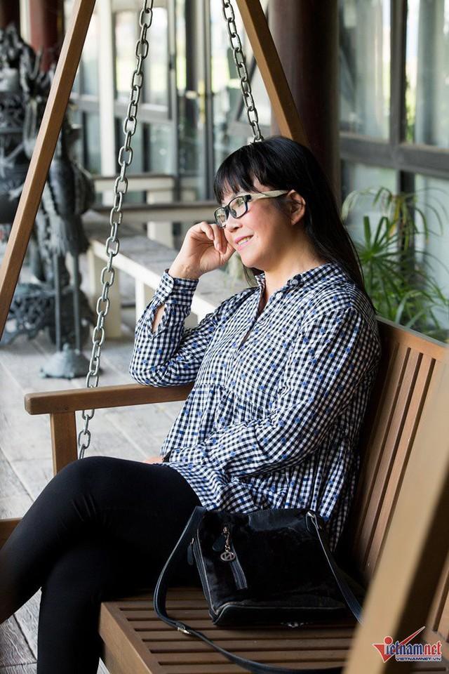 Ánh Tuyết thả mình trên chiếc xích đu gỗ. Nữ ca sĩ thổ lộ ý định bán hết nhà đất ở Sài Gòn để phục vụ cho kế hoạch về Hội An sống. Cô vẫn luôn mong mỏi một cuộc sống bình yên, an hòa ở mảnh đất mình sinh ra và lớn lên.