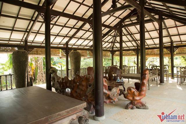 Mái đình rộng trưng bày rất nhiều đồ gỗ và đồ thủ công mỹ nghệ. Nhìn những bộ đồ gỗ phủ bụi, nhiều người quen không khỏi tiếc cho tâm huyết của Ánh Tuyết một thời.