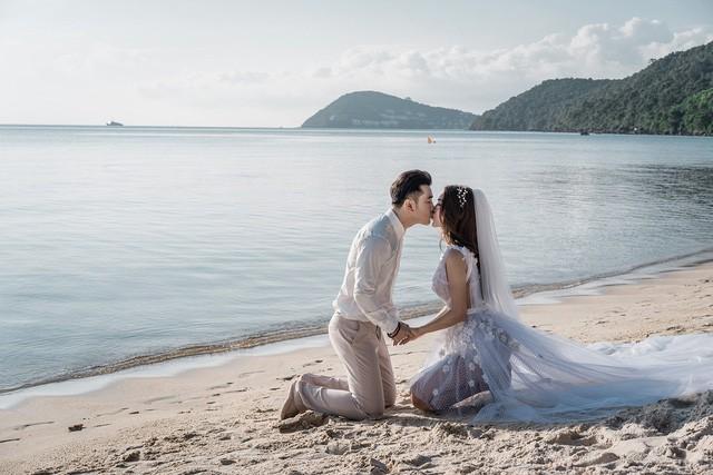 Cặp đôi trao nhau nụ hôn ngọt ngào hạnh phúc trên biển
