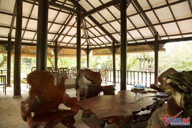 Những bộ bàn ghế gỗ giá trị bị sờn màu do để mặc mưa nắng, không ai giữ gìn, bảo quản.