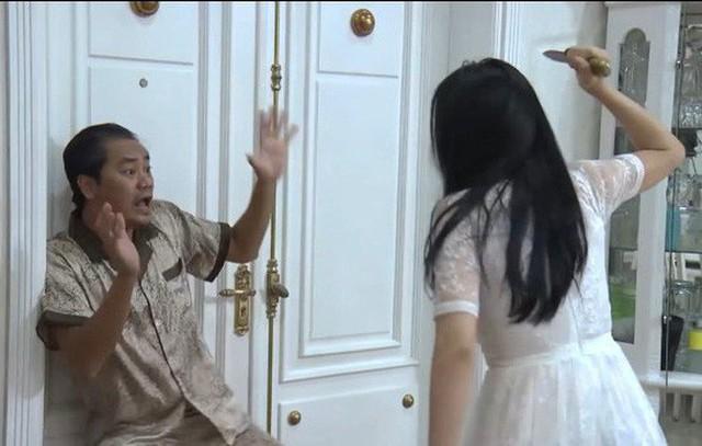 Cảnh Quỳnh cầm dao đâm tên bố dượng được xử lý quá vụng về, ngô nghê