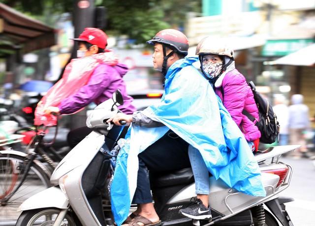Mưa khiến nhiều người di chuyển bằng xe máy cảm thấy lạnh hơn.