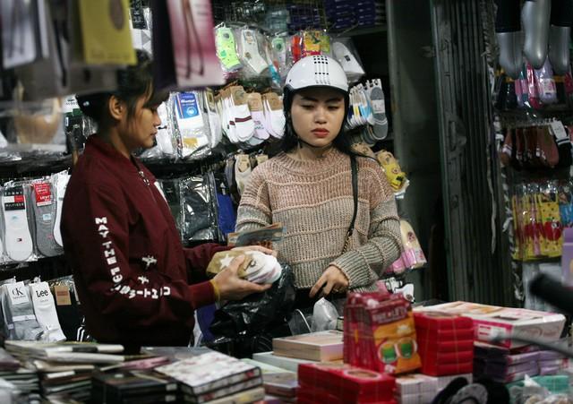 Nhiều chị em phụ nữ sáng sớm nay đã vội tạt vào cửa hàng để mua tất giữ ấm cơ thể.