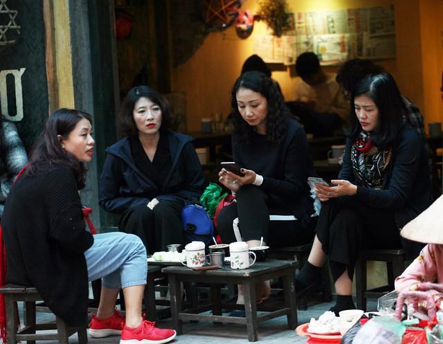 Nhóm phụ nữ dành thời gian rảnh ngồi nhâm nhi ly trà nóng trên phố Hàng Bè.