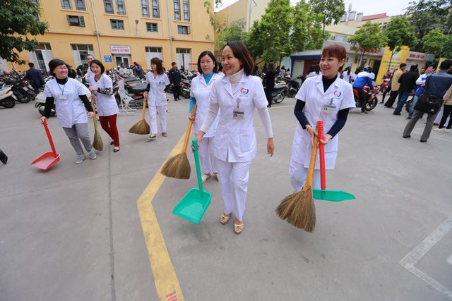 Hoạt động dọn dẹp xung quanh bệnh viện Đống Đa. Ảnh: ĐS&PL