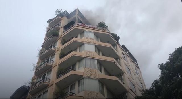 Đám cháy xảy ra ở tầng 8, 9 ở phố cổ khiến nhiều du khách hoảng loạn. Ảnh: TN