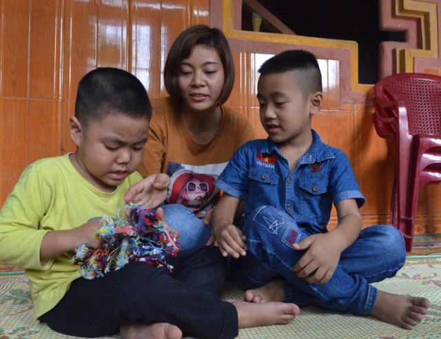 Chị Vũ Thị Thúy - vợ lái xe container Lê Ngọc Hoàng bật khóc khi nghe tin hủy án. Ảnh TM