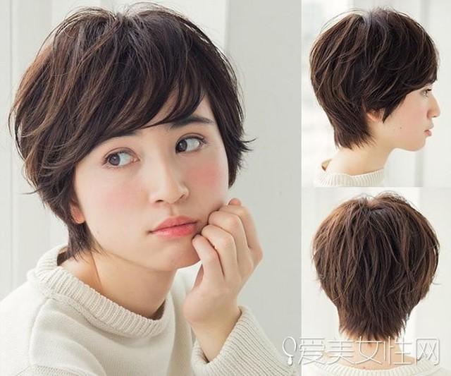 Kiểu tóc bob tém cực kỳ cá tính kết hợp với mái xéo càng thêm tinh nghịch. Với màu nâu mật ong, mái tóc giúp tôn lên làn da hoàn hảo