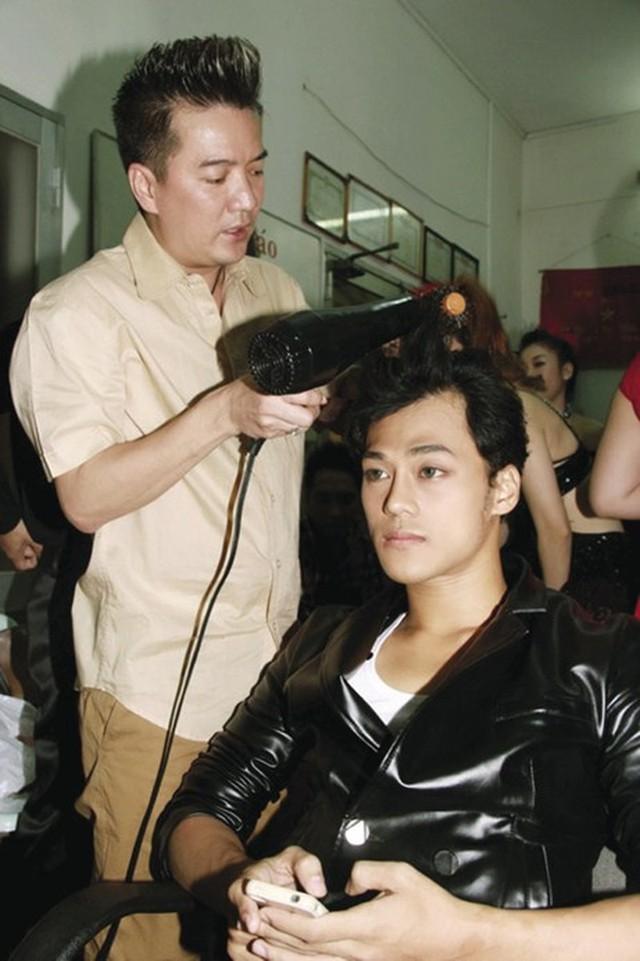 Hình ảnh Mr. Đàm tận tình chăm sóc cho Phan Ngọc Luân.