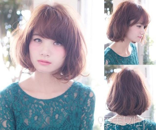 Nữ tính nhưng có phần nhã nhặn với kiểu tóc ngắn uốn xoăn kết hợp với mái ngang