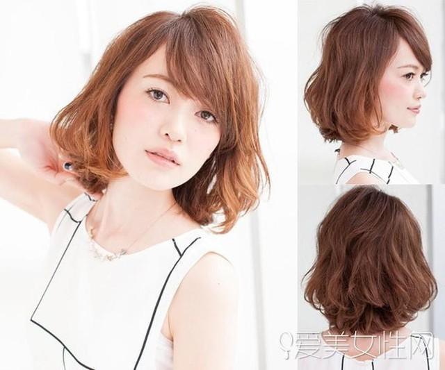 Kiểu tóc ngắn uốn xoăn gợn sóng bồng bềnh cũng là lựa chọn tuyệt vời bạn không nên bỏ qua