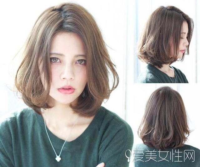 Nếu mong muốn che đi khuyết điểm về khuôn mặt tròn trịa, bạn nên chọn kiểu tóc lob uốn cúp đuôi kết hợp với mái rẽ ngôi 7/3 này