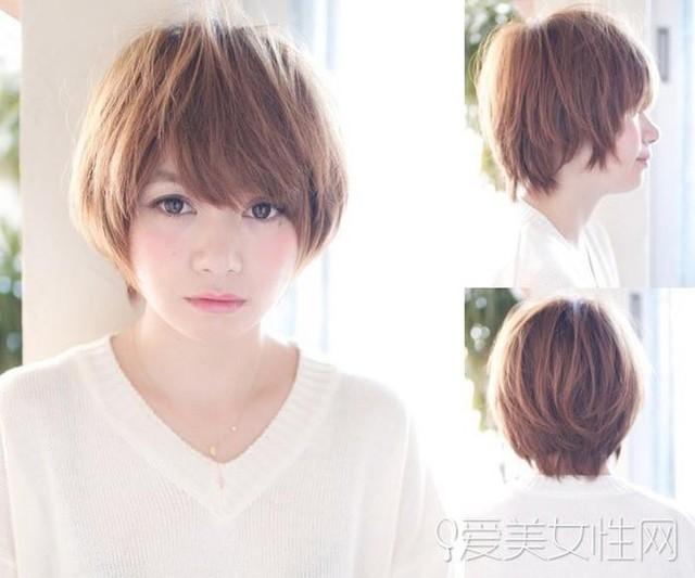 Một lựa chọn khác dành cho cô nàng sở hữu khuôn mặt tròn đó là kiểu tóc tém được tạo kiểu bấm phồng, bồng bềnh