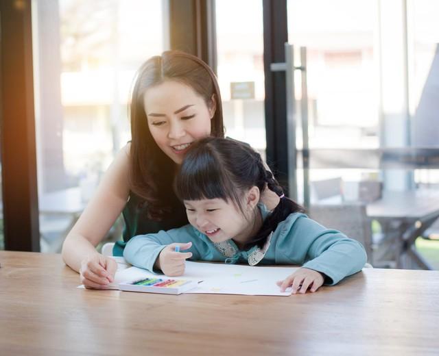 ' Cha mẹ sẽ đóng vai trò như một người bạn đồng hành giúp con đi nhanh và đúng hướng, bằng việc cùng trẻ chuẩn bị trước về mặt tài chính lẫn tinh thần. '