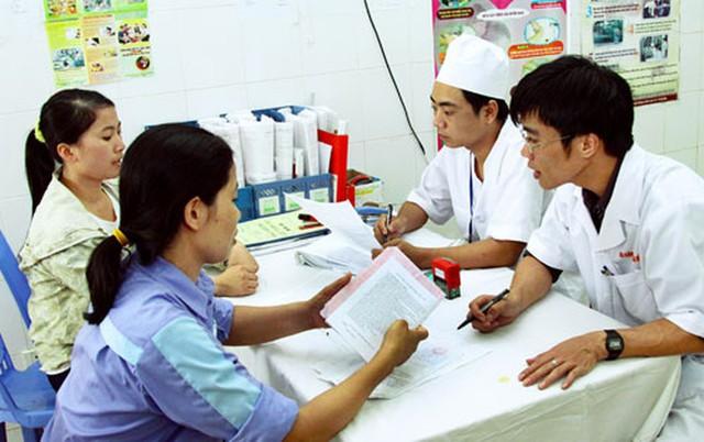 Tư vấn sức khỏe cho nhân dân tại Bệnh viện Đa khoa Mê Linh, Hà Nội. Ảnh: Bá Hoạt