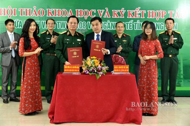 Ký kết hợp tác đào tạo, chuyển giao kỹ thuật, chuyển tuyến giữa Bệnh viện Trung ương Quân đội 108 với Sở Y tế tỉnh Lạng Sơn. Ảnh: L. Sơn
