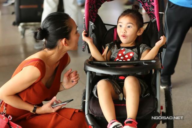 Trải qua chuyến bay dài từ Mỹ về Việt Nam nhưng Yvona không hề mệt mỏi. Khi mẹ trêu đùa, cô nhóc lém lỉnh hỏi đủ thứ chuyện.