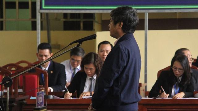 Bị cáo Nguyễn Thanh Hóa h[m 23/11 phải nhập viện vì sức khỏe, hôm nay 24/11 có mặt tại tòa nói lời sau cùng trước khi HĐXX nghị án. (ảnh: TG)