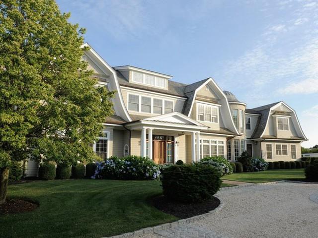 Ở đây có rất nhiều bất động sản triệu USD của người nổi tiếng và các CEO. Tại Sagaponack, giá trung bình một căn nhà vào khoảng 5,5 triệu USD. Để sống thoải mái ở đây, bạn cần thu nhập ít nhất 853.000 USD một năm, theo GoBankingRates.