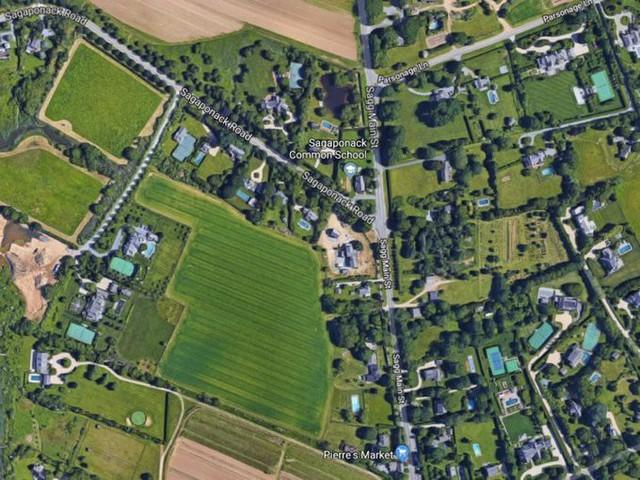 Từ trên cao nhìn xuống, rất nhiều nhà ở đây có bể bơi và sân tennis.