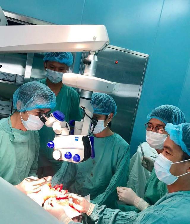 Êkip phẫu thuật dưới sự hỗ trợ của kính hiển vi hiện đại Carl Zeiss